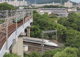 撮影に成功した山陽新幹線と地下鉄の列車が交差する瞬間=神戸総合運動公園