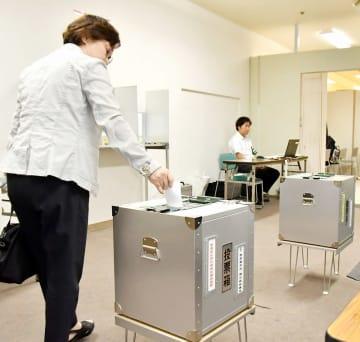 西武福井店に設置された期日前投票所で1票を投じる有権者=7月5日、福井県福井市
