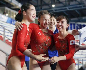 体操女子団体総合で優勝が決まり、喜ぶ(左から)畠田瞳、杉原、寺本=ナポリ(共同)