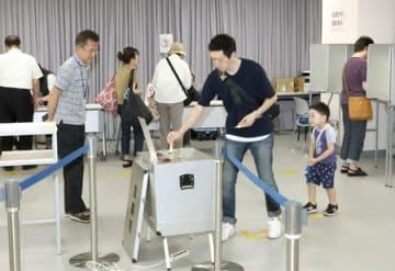 期日前投票で1票を投じる有権者=5日、新潟市中央区