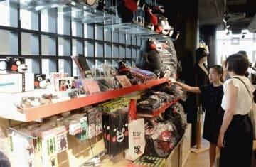 ショッピングセンター内に設置されたくまモングッズのコーナーを視察するADKエモーションズの関係者ら=6月28日、タイ・バンコク