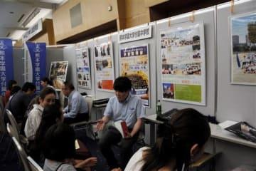 児童や保護者向けに開かれた「私立中学入試説明会」。県内の私立中8校が各校の特色をアピールした=6月、益城町のグランメッセ熊本