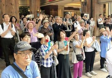 候補者の訴えに耳を傾ける有権者ら。応援弁士の演説も熱を帯びた=4日、大阪市内