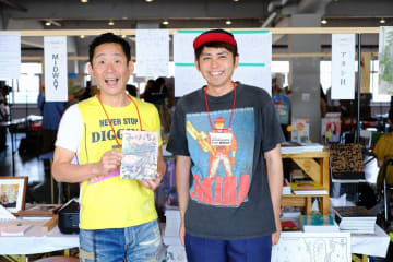 「みさきっちょ」著者、いしいしんじさん(左)とアタシ社のミネシンゴさん(アタシ社提供)