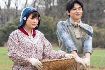 NHKの連続テレビ小説「なつぞら」で天陽を演じる吉沢亮さん(右)と妻・靖枝役の大原櫻子さん (C)NHK