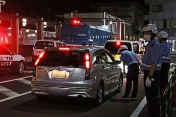 JR紀伊田辺駅前に車を誘導し、ドライバーが飲酒運転をしていないかを確かめる和歌山県警田辺署員(5日午後11時15分ごろ、和歌山県田辺市湊で)
