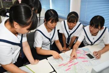 ハザードマップ作りの準備をする生徒(和歌山県田辺市学園で)
