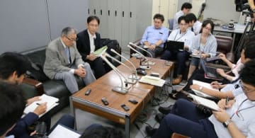 提訴の意向を表明するため松浦忠氏(左)が行った記者会見=5日午後3時30分、札幌市役所