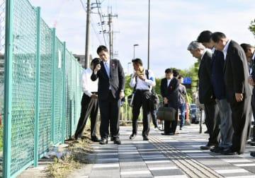 保育園児ら16人が死傷した大津市の交通事故現場を訪れ、黙とうする安倍首相(右から2人目)ら=6日午後