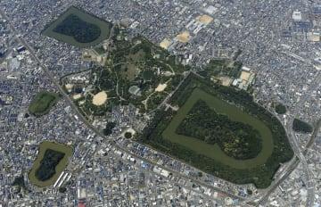 世界文化遺産に登録が決まった百舌鳥古墳群。右は日本最大の前方後円墳「仁徳天皇陵古墳」(大山古墳)=堺市