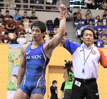 グレコローマン77キロ級で3年連続の世界選手権出場を決めた屋比久翔平(左)=埼玉県・和光市総合体育館