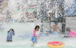 水が滝のように落ち、大喜びする子どもたち=東条湖おもちゃ王国