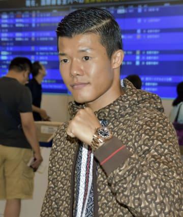 取材に応じポーズをとる亀田和毅=6日、関西空港
