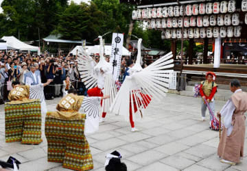 祇園祭創始1150年を祝い奉納された鷺舞(6日午後3時7分、京都市東山区・八坂神社)