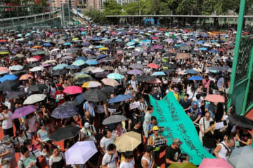 """Thousands march towards Tuen Mun park to oppose """"dai ma"""" and noise pollution. Photo: Stand News."""