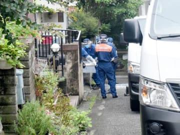 中学2年の男子生徒が刺された現場で現場検証を行う捜査員=6日午前、所沢市久米