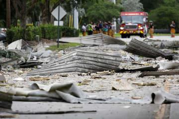 爆発現場の周辺に散らばったがれき=6日、米フロリダ州(ロイター=共同)