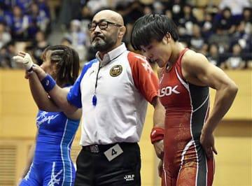 レスリングの世界選手権出場を懸けたプレーオフの女子57キロ級で川井梨紗子(左)に敗れ、うなだれる伊調馨=6日午後、埼玉県の和光市総合体育館