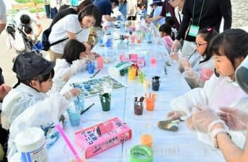 烏川の石に絵を描く子どもたち