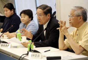 平和宣言文の修正案について意見を述べる委員=長崎市平野町、長崎原爆資料館