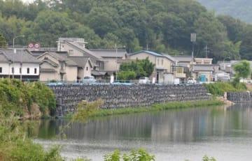 小田川堤防の崩落で片側交互通行が続く国道486号=6月26日、井原市西江原町