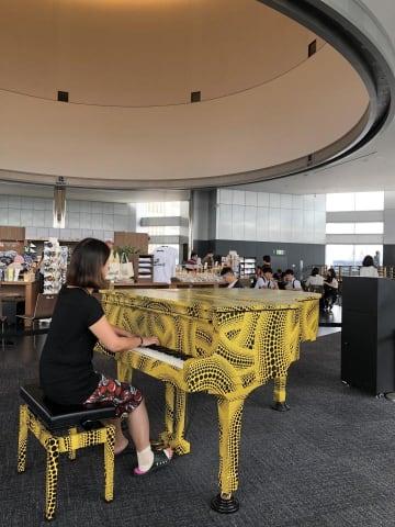 来ると2時間は滞在して演奏を繰り返し楽しむという山崎さん/草間彌生監修都庁おもいでピアノ