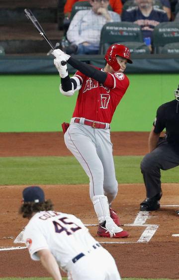 アストロズ戦の1回、左翼線に二塁打を放つエンゼルス・大谷。投手コール=ヒューストン(共同)