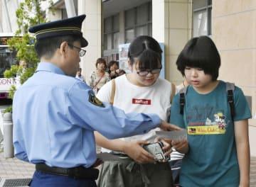 横山ゆかりちゃんの情報提供を呼び掛ける太田署の須永盛男署長(左)=7日、群馬県太田市