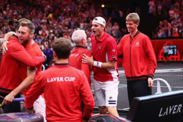写真は2018年イズナー&ソックの勝利を祝う世界選抜チーム