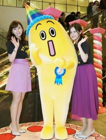 6回目の誕生日を迎えたナナナ(中央)とテレビ東京の角谷暁子アナ(左)、新人の池谷実悠アナ