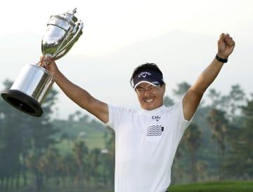 ゴルフの日本プロ選手権で優勝し、トロフィーを手に大喜びの石川遼=7日、いぶすきGC