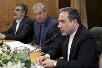 7日、イランの首都テヘランで記者会見するアラグチ外務次官(右)(AP=共同)