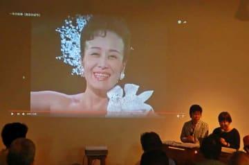 ひばりさんの歌を映像とともに紹介する山上さん(右端)と草笛さん(右から2人目)=大阪市・アートエリアB1