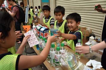 ジュースの販売に挑戦する児童