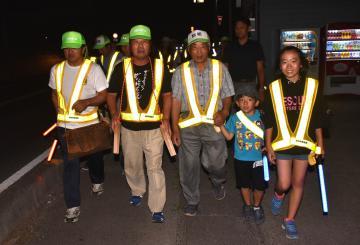 14周年の記念パトロールをする松の木安全会のメンバー=常総市中妻町