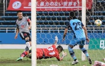 【熊本-YS横浜】後半26分、熊本の鈴木(39)がゴールを決め2-2の同点に追いつく=ニッパツ三ツ沢球技場