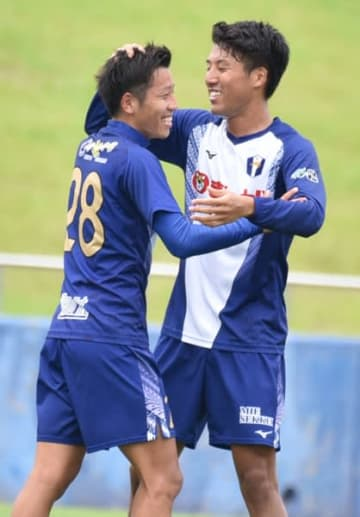 【決勝点を挙げチームメートに祝福される西口亮城(FC伊勢志摩=左)=スポーツの杜鈴鹿で】