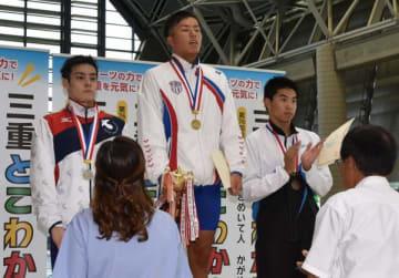【男子100メートル自由形決勝を50秒64で制し優勝者に贈られる柳瀬杯を獲得した大山知章(中京大=中央)=スポーツの杜鈴鹿水泳場で】