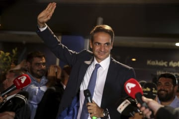 7日、ギリシャ総選挙で勝利し、支持者に応える最大野党「新民主主義党(ND)」のミツォタキス党首(AP=共同)