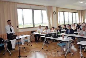 角田課長(左)の講演を聴く人たち