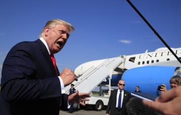 7日、米ニュージャージー州の空港で、記者団に語るトランプ大統領(AP=共同)