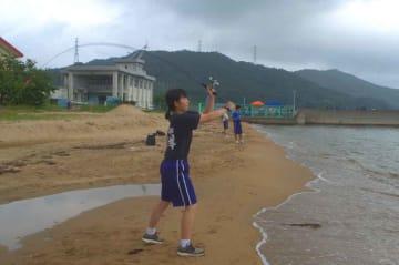 砂浜でシロギスを狙う海洋高の生徒(宮津市上司)