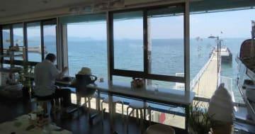 琵琶湖を見渡しながら食事を楽しめる「喫茶・食事30番」。竹生島が間近に見える=高島市今津町今津