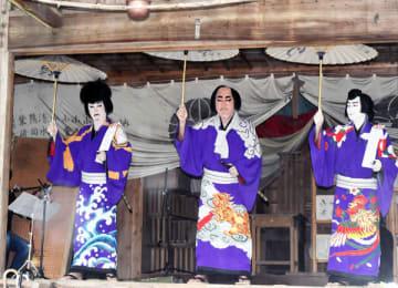 小鹿神社の本殿で「白浪五人男」を熱演した(左から)森真太郎町長、高岸友行さん、山本正実さん=7日午前11時5分ごろ、小鹿野町下小鹿野の小鹿野あじさい公園