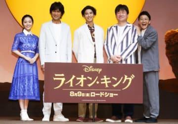 左から順に、門山葉子、江口洋介、賀来賢人、佐藤二朗、亜生(ミキ)