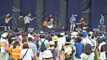 ワンパークフェスティバルで熱のこもった演奏をする福井県内バンドの「ヘンデカゴン」=7月7日、福井県の福井市中央公園