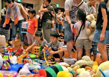 真剣な表情で、おもちゃを選ぶ子どもたち(京都府舞鶴市浜・市総合文化会館)