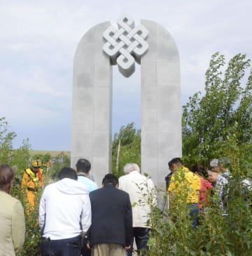 「ノモンハン事件」の慰霊祭に参加する人ら=8日、モンゴル東部ハルハゴル(共同)