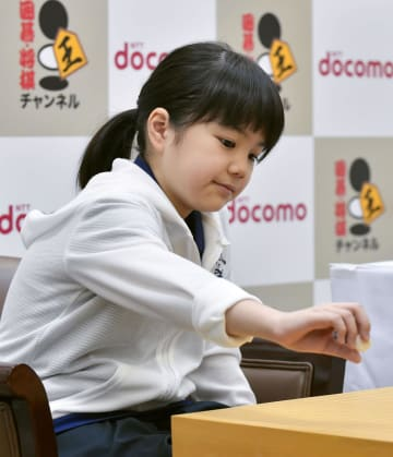 囲碁の第23期ドコモ杯女流棋聖戦予選Bで初手を打つ仲邑菫初段。史上最年少の10歳4カ月で公式戦初勝利を挙げた=8日午後、大阪市の日本棋院関西総本部