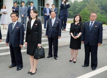 6月30日、板門店で北朝鮮の金正恩朝鮮労働党委員長に同行した金与正党第1副部長(左から2人目)、崔善姫第1外務次官(左から4人目)(聯合=共同)